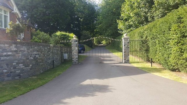 Image displays an example installation of electric gates in Hampshire